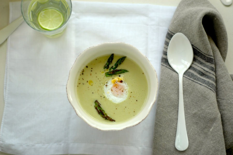 Asparagus soup with poached egg. www.marrojo19.com